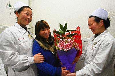 昨日下午,在湘雅医院,已康复的舒某某和日夜照顾她的护士依依惜别。记者 陈飞  实习生 张力耕 摄影报道