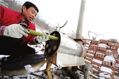 工作人员为增雪装置填装碘化银。本报记者范继文摄