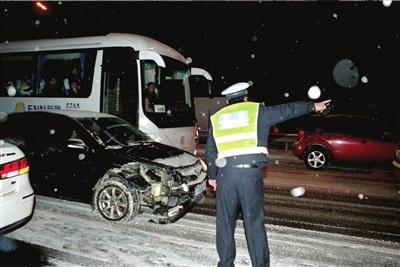 交警在事故现场疏导交通。 本报实习生王苡萱摄