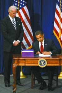 奥巴马(右)签署总额为7870亿美元的经济刺激计划