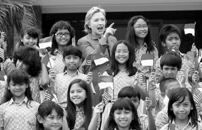 □希拉里(后排中)与到机场迎接她的印尼学生合影