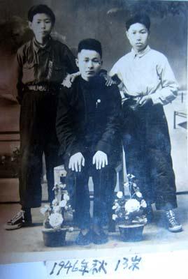 张纯洁(右立者)与老师和同学