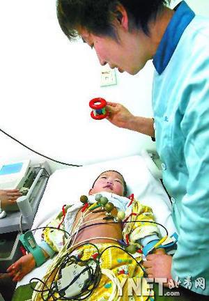 李瑞在儿童医院接受检查■供图/CFP