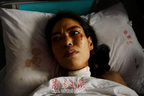 16日晚吴洁玲割喉自杀,被邻居救下后送往医院救治.本报记者 杨曦 摄