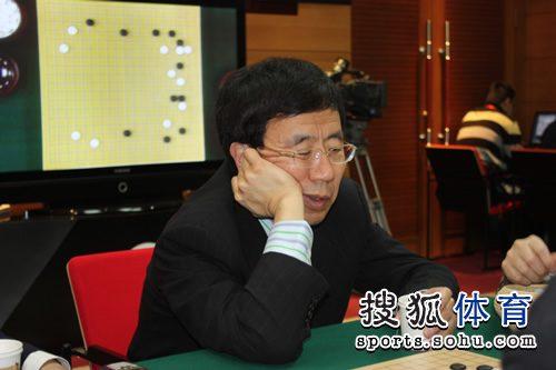 图文:农心杯古力挑战李世石 华以刚院长在看棋