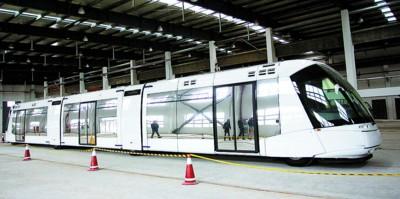 首辆新型法国劳尔电车已经到位,流线型的车身非常时尚