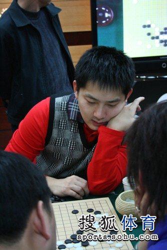 图文:农心杯古力挑战李世石 常昊研究棋局
