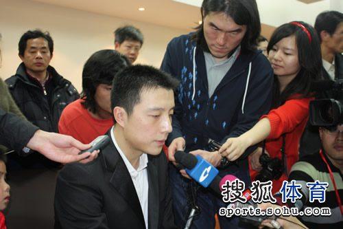 图文:李世石胜古力韩国夺冠 古力接受采访