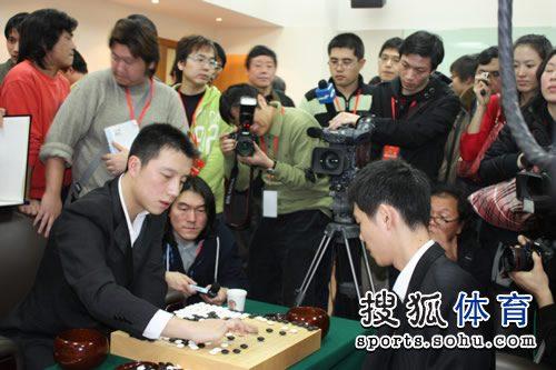 图文:李世石胜古力韩国夺冠 记者围观双方复盘