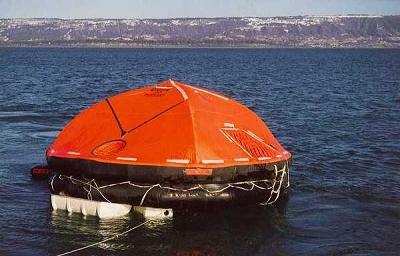 包括印尼船长在内的8人正是凭借这顶配备了防水帐篷的救生艇才得以逃生(下图),而另一艘没有帐篷的则至今下落不明。