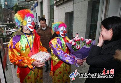 小丑快递员为上海市民周小姐带来了丈夫送的这份特殊的结婚纪念日礼物。惊喜之情写在脸上。 东方网记者刘歆 摄