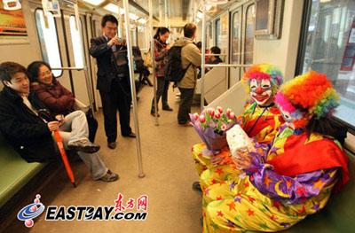 """一些不明缘由的乘客出于好奇,不禁拿出手机拍下这俩""""怪人""""。东方网记者刘歆 摄"""