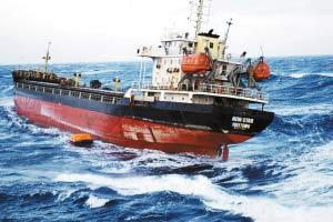 """被击中的""""新星""""号在海上挣扎的资料照片。"""