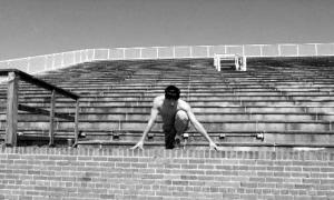 刘翔:人生就像抛物线,有起有落,忍耐、蓄势、负重,是为了飞得更高。  (设计台词)