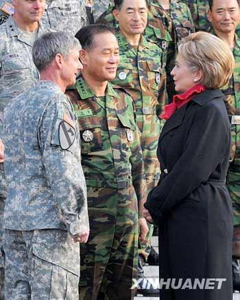 2月20日,在韩国龙山驻韩美军基地,美国国务卿希拉里(前右)与驻韩美军司令夏普(前左)及一名韩国军官交谈。美国国务卿希拉里19日晚抵达韩国首尔,开始对韩国进行为期2天的访问。新华社/纽西斯通讯社