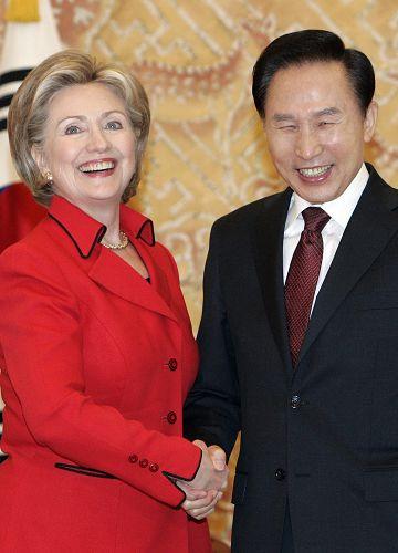 希拉里韩国行时间虽短,承诺却重。李明博(右)笑得很开心。IC图