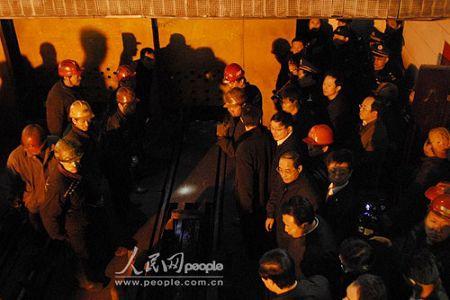 山西省省委书记张宝顺(右列下一)、省长王君(右列下二)在井口焦急等候矿工升井。(人民网记者鲍丹 摄)