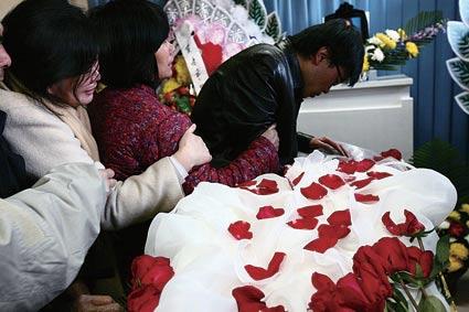 上午刘贵年及亲朋在八宝山送别常瑞娟 摄/记者王贺健