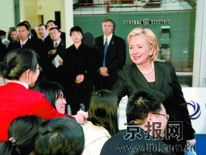 希拉里与清华大学学生会面。郭海军 摄