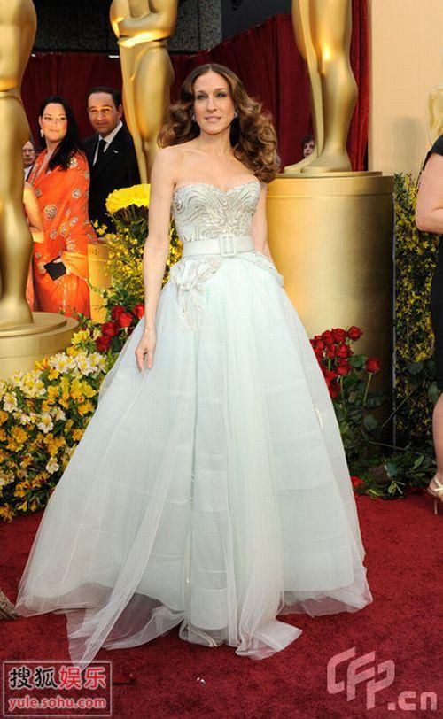 图:奥斯卡红毯-杰西卡-帕克白金纱裙娇贵耀眼
