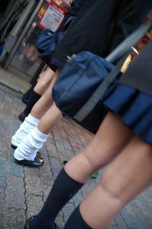 """日本女生校服短裙太短 学校贴海报鼓励""""拉长"""""""