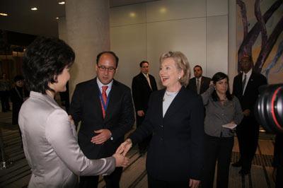 希拉里和主持人握手