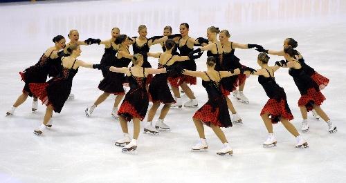 图文:花样滑冰队列滑短节目 芬兰队暂列第二图片