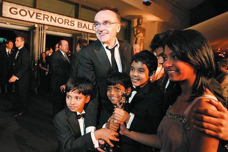 《贫民富翁》让英国导演丹尼·保尔首获奥斯卡最佳导演,他获得的小金人也让印度小演员争相合影