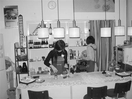 杨一(左)在自己的咖啡店里忙碌