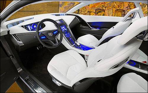 推开车门,富有浓郁科幻色彩的驾驶舱映入眼帘,尽管是四座设计,但前后排的紧凑程度以及跑车时座椅的采用,令其更像是一款双人Coupe车型。入座其中,宛若置身美国科幻大片场景中的未来座驾。