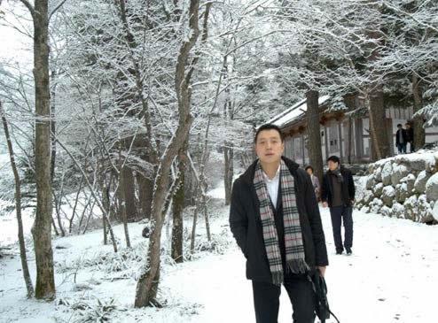 古力在雪中留影
