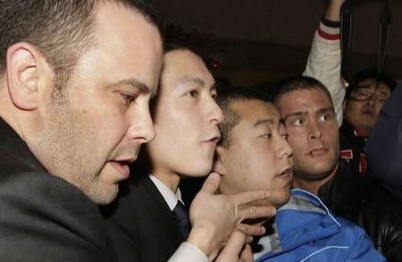 陈冠希(左二)在友人陪同下出庭作供