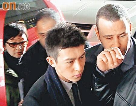 陈冠希(右二)在加拿大出席作供,首次证实不雅照片中的女角身份
