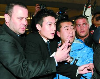 陈冠希在保安的护送下进入法庭