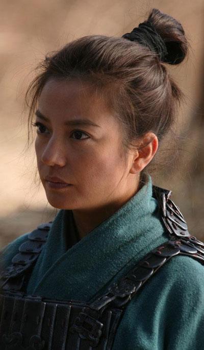 赵薇在《花木兰》中化身飒爽假小子。