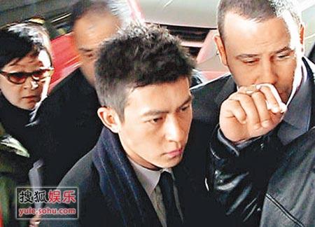 陈冠希出庭 媒体围攻