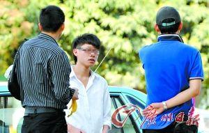 一名因赌球被退学的学生接受记者采访