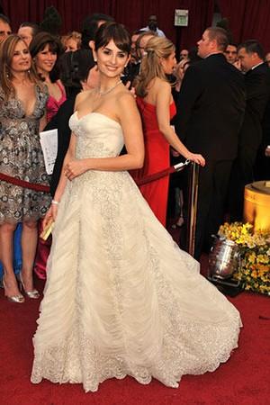 最佳女配角得主Penelope Cruz的金色Judith Leiber手包