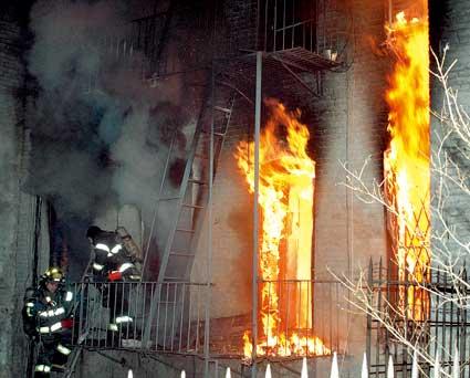 纽约市消防局人员正在对事发住宅楼进行紧急灭火