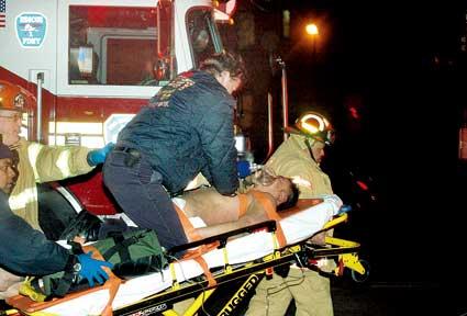 消防局人员正在紧急抢救受伤华人