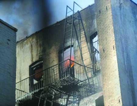住宅楼的屋顶被大火烧黑