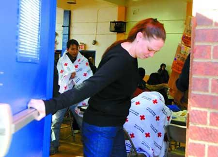 失火住宅楼居民被临时安置在麦地臣社区服务中心