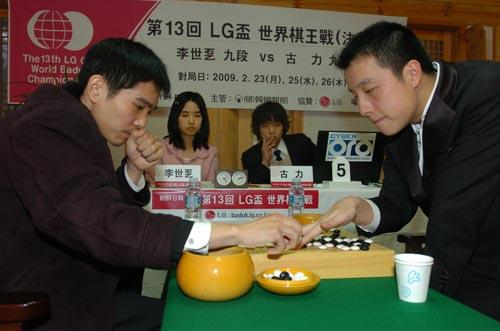 图文:古力胜李世石夺LG杯冠军 李世石不服气