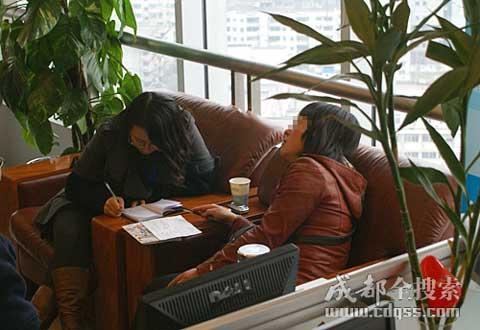 如今自己的家庭关系,杨女士(右)自己也理不清楚。(成都全搜索 刘晓月 摄)