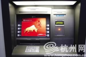 昨晚,ATM机左上方的灰色长条盒子和凸起的复制设备都不见了,ATM机的插槽部位是平的。记者 夏阳 昨晚摄