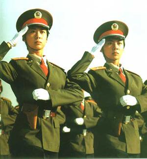 国庆50周年国庆阅兵仪式上的女卫生兵方队,领队的是一对双胞胎姐妹张薇薇、张莉莉。