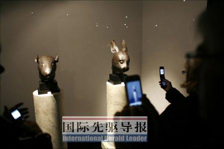 巴黎时间2月25日19时,圆明园鼠首和兔首铜像在巴黎大皇宫开拍。 新华/伽玛