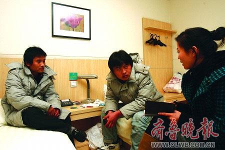 """25日,""""新星""""号获救船员在青岛一家酒店内接受本报记者采访。"""