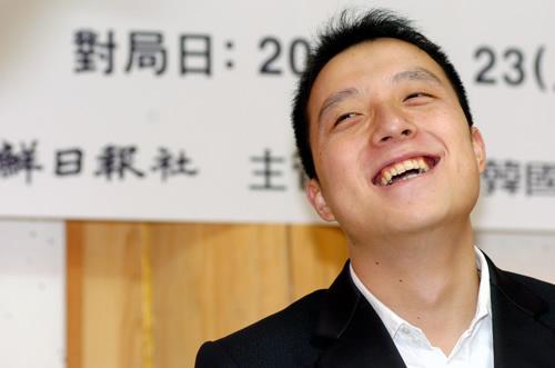 图文:LG杯决赛零封强敌夺冠 阳光古力开怀大笑