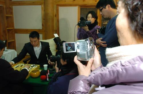 图文:LG杯古力零封李世石夺冠 母亲携DV拍儿子